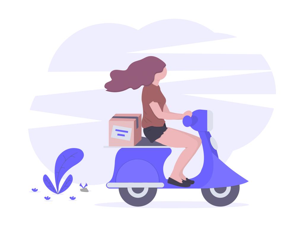 mujer en moto haciendo entregas por la ciudad
